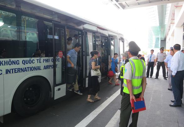Kiểm tra sức khỏe du khách nước ngoài tại Cảng hàng không quốc tế Phú Quốc