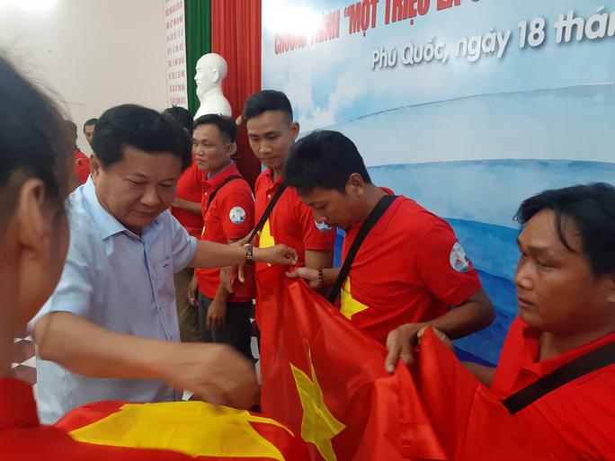 Lãnh đạo huyện Phú Quốc cùng trao cờ Tổ quốc và quà cho ngư dân