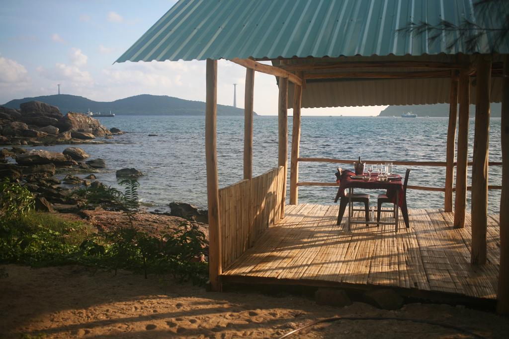 Bungalow được thiết kế mở, không cửa, giúp du khách dễ dàng ngắm biển bất cứ lúc nào