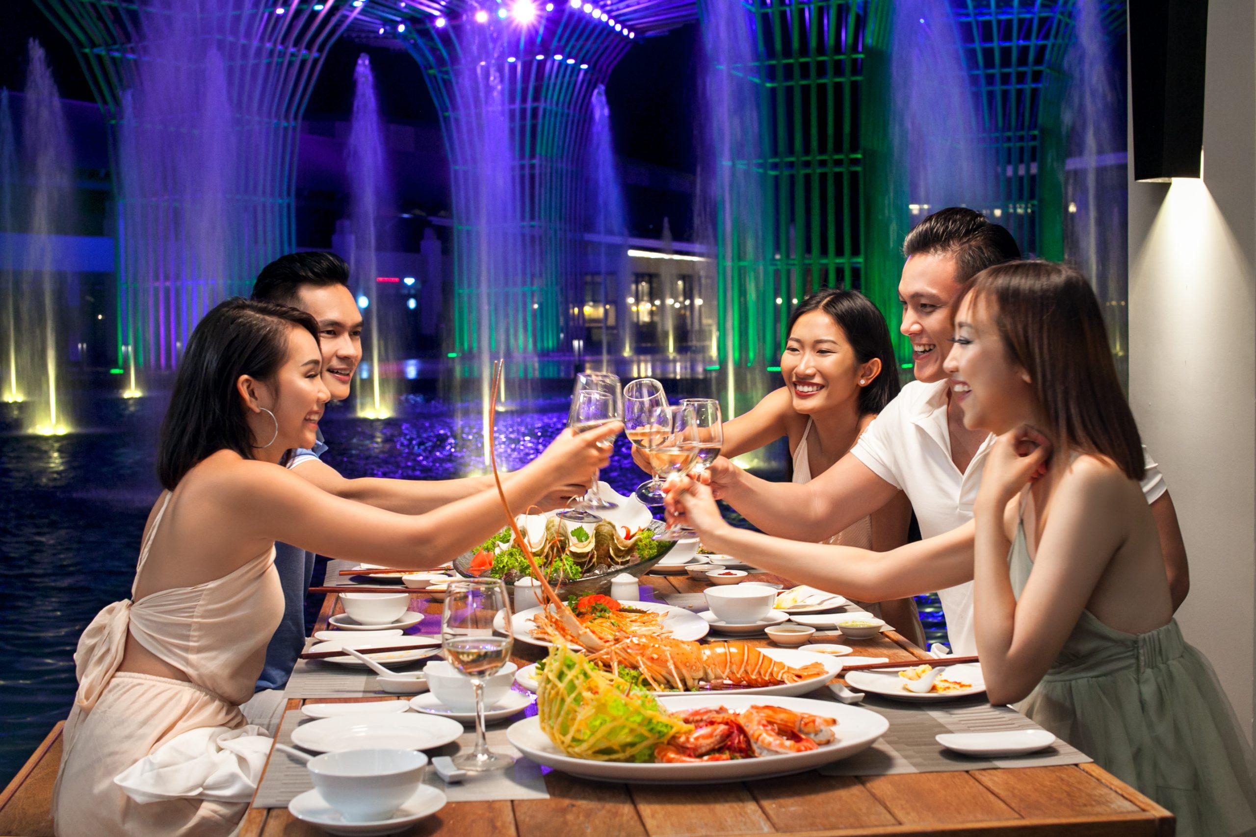 Du khách có thể thưởng thức bữa sáng tại phòng hay những món ăn yêu thích khắp năm châu ngay tại Trung tâm ẩm thực Almaz