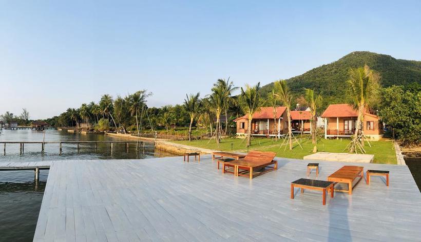 Ngoài hiên bungalow là các ghế gỗ, giúp thực khách hóng gió, ngắm biển ngay trước mặt