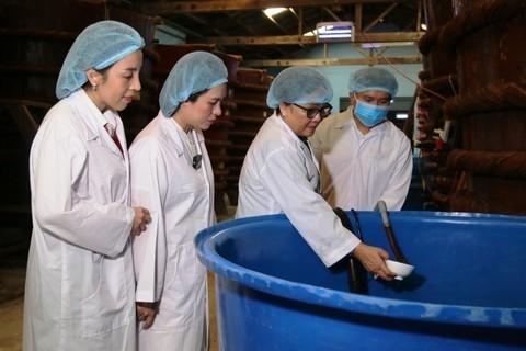 Các cán bộ Agribank Phú Quốc đến thăm một cơ sở sản xuất nước mắm Phú Quốc