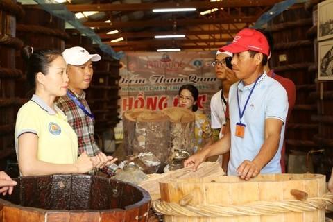 Khách du lịch tham quan và mua sản phẩm tại một cơ sở sản xuất nước mắm Phú Quốc