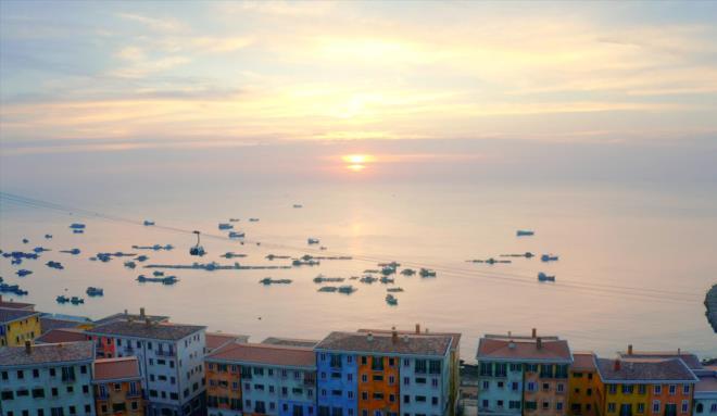 Hình ảnh thị trấn Amalfi đã hiện hữu bên bờ đảo Ngọc