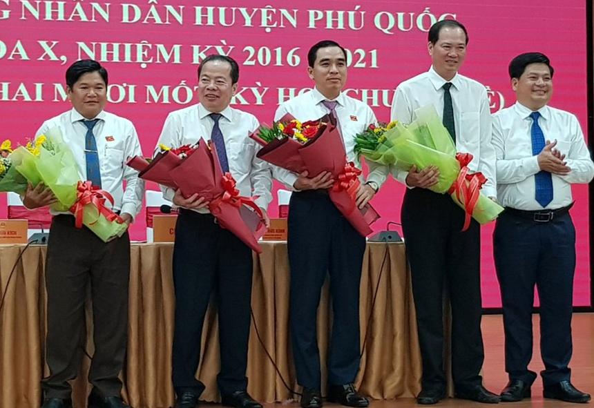 Ông Huỳnh Quang Hưng (giữa)