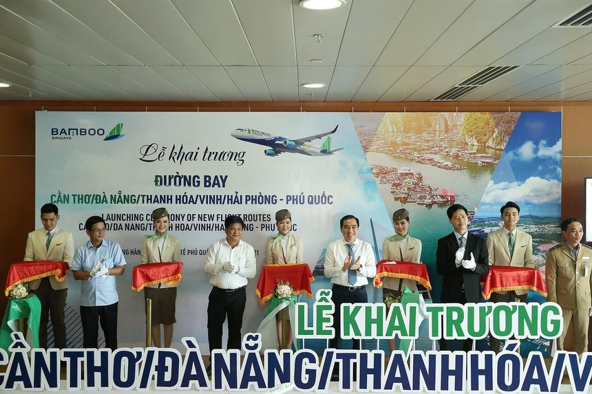 Lãnh đạo Phú Quốc và Bamboo Airways cắt băng khai trương đường bay