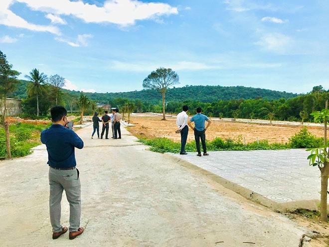 Hình ảnh khách hàng đến tham quan Khu đất phân lô
