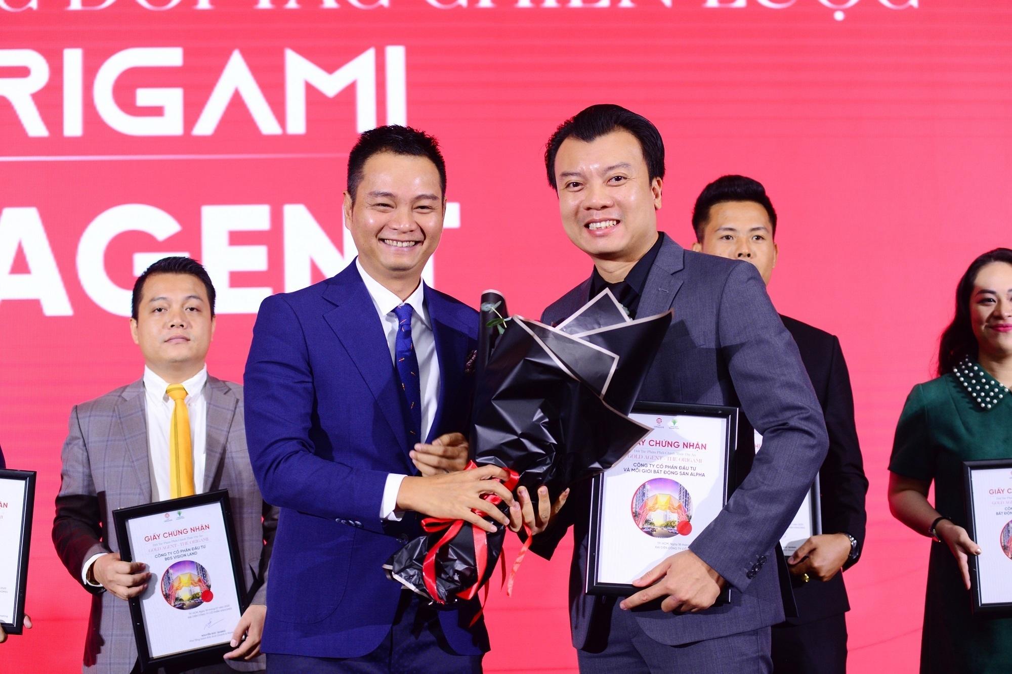 Ông Hoàng Liên Sơn (phải), Tổng giám đốc Công ty Cổ phần Đầu tư và Môi giới bất động sản Alpha