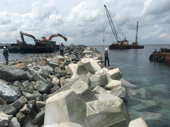 Đê chắn sóng dài 850m tạo thuận lợi cho tàu chở khách cập cảng