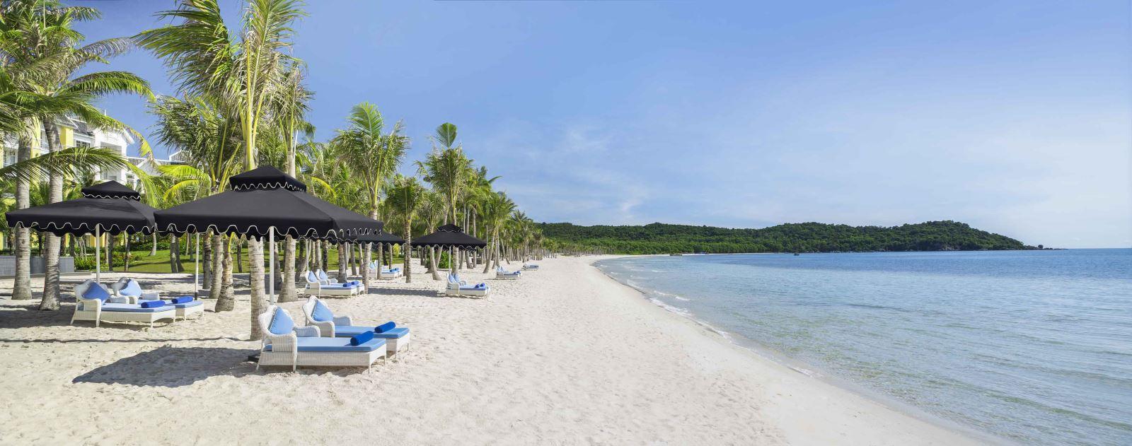 Lấp lánh như những viên ngọc xanh biếc, những bãi biển cồn cát trước những rặng dừa nên thơ và đắm mình trong đó là những cánh rừng nguyên sinh cùng hệ sinh thái phong phú, đa dạng